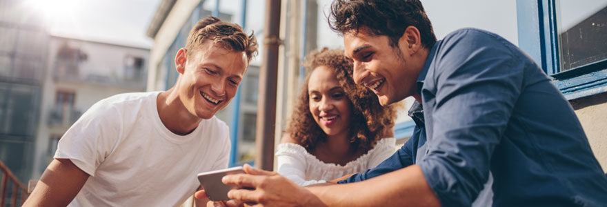 jeunes regardes écran smartphone